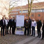 Die Vertreter der 10 Gründungsmitglieder und die kommissarische Geschäftsführung posieren mit dem Rollup